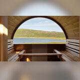 Fasssauna DeLuxe mit Landschaftsfenster, Ankleideraum und vorderer Terrasse